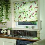 Рулонная штора в проеме кухонного окна