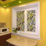 Роллеты в интерьере кухни городской квартиры