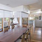 Большой обеденный стол с деревянной поверхностью