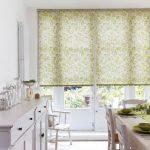 Рулонные шторы на дверях кухни в частном доме