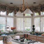 Ламбрекен на окнах с роллетами из легкой ткани