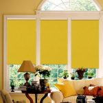 Желтые шторы на окне с аркой