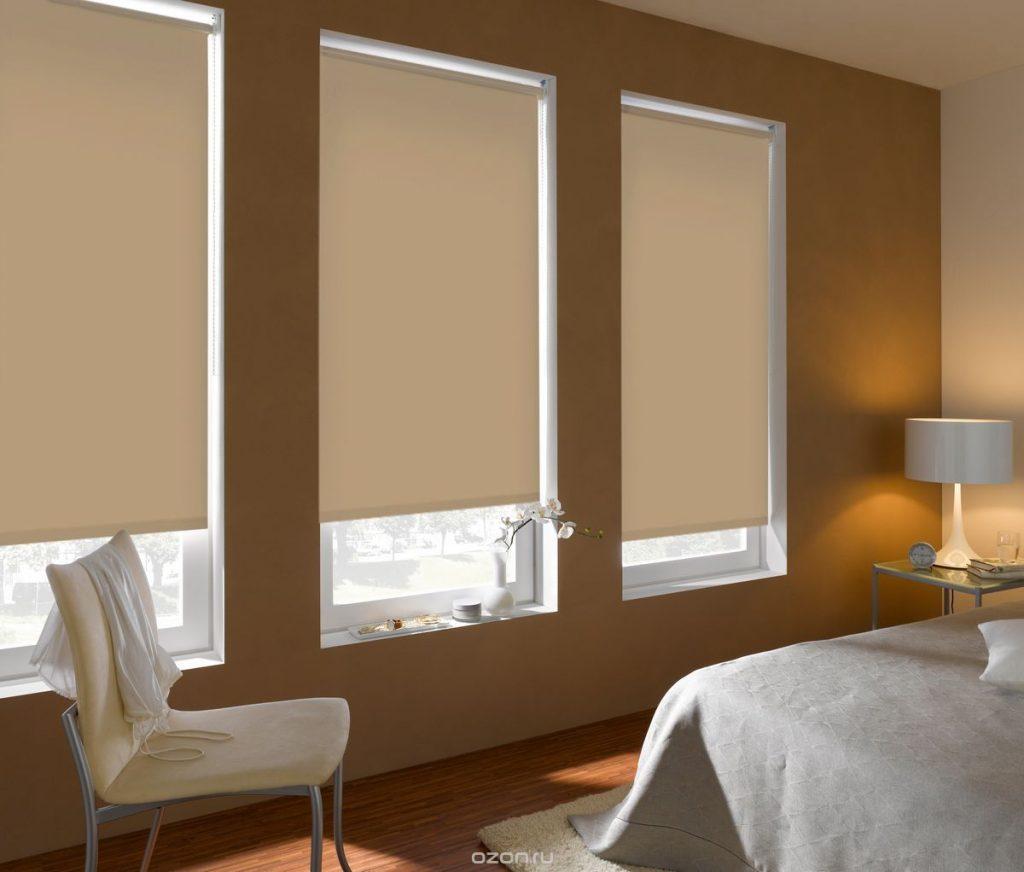 Интерьер спальни с плотными рулонными шторами