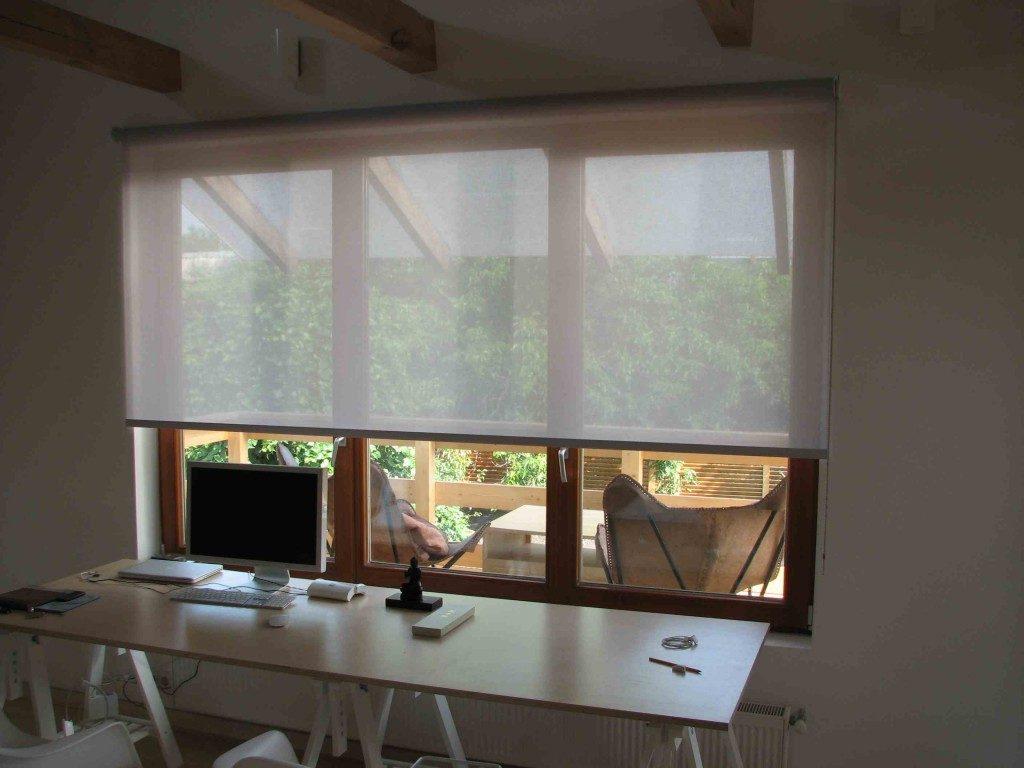Окно с роллетой из прозрачной ткани