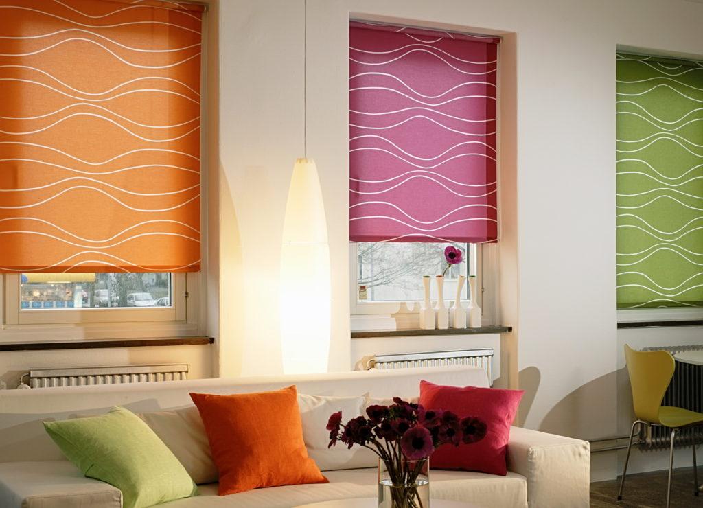 Разноцветные рулонные шторы в интерьере гостиной