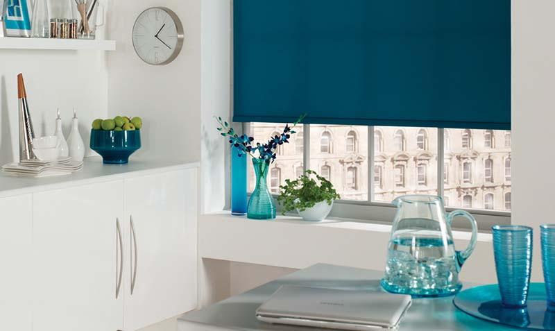Синее полотно рулонной шторы в интерьере кухни