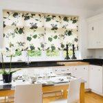 Шторы с зелеными цветами хорошо смотрятся на кухонном окне