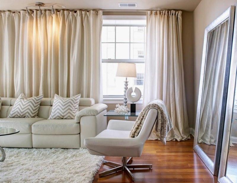 Прямые шторы кремового цвета в интерьере гостиной
