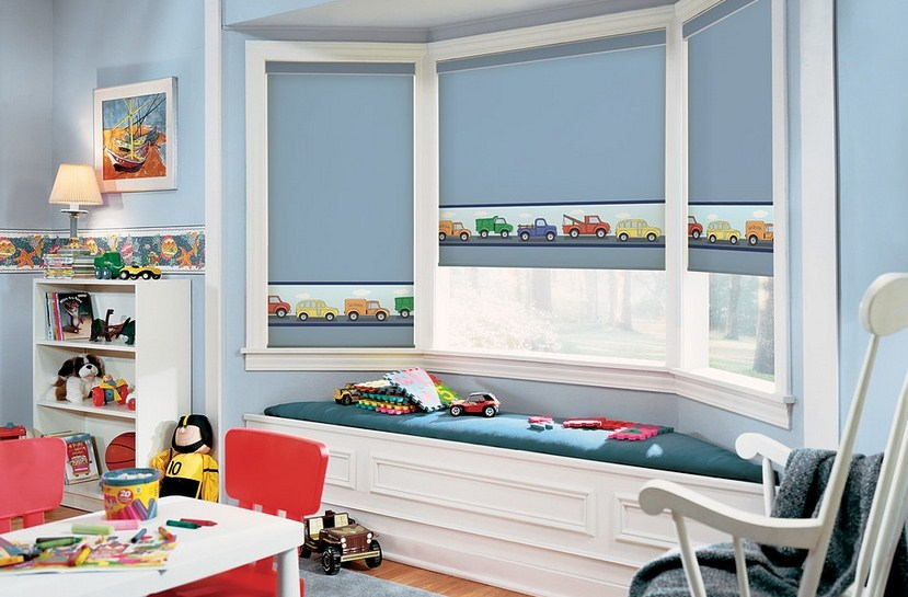 Дизайн детской комнаты с голубыми шторами
