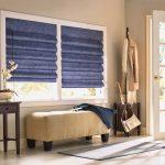 Синие римские шторы отлично вписались в интерьер прихожей