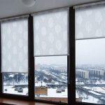 Система рулонных штор для балконного окна