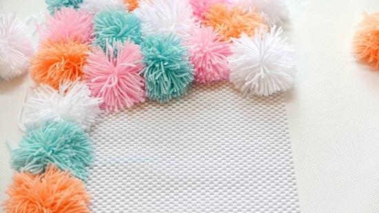 Прикрепляем помпоны разных цветов