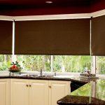 Темные рулонные шторы открытого типа для кухни