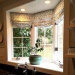Тканевые римские шторы с рисунком для кухонного окна