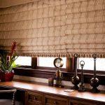 Тканевые рулонные шторы для широкого окна в кабинете