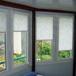 Тканевые шторы с золотистым рисунком на окна частного дома