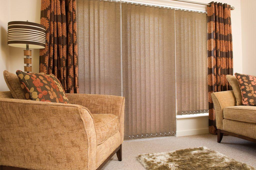 Вертикальные тканевые шторы в комбинации с прямыми занавесками