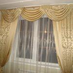 Тонкая прозрачная тюль и золотистые шторы