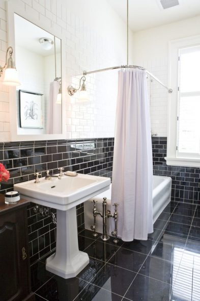 Угловой карниз в черно-белой ванной