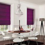 Яркие фтолетовые римские шторы в светлую гостиную