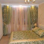 Закрытый потолочный карниз в спальне с натяжным потолком