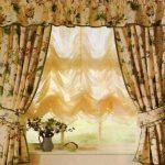 Желтые римские шторы отлично смотрятся на кухне