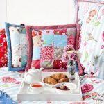 Спальня в стиле прованс - оформление подушек