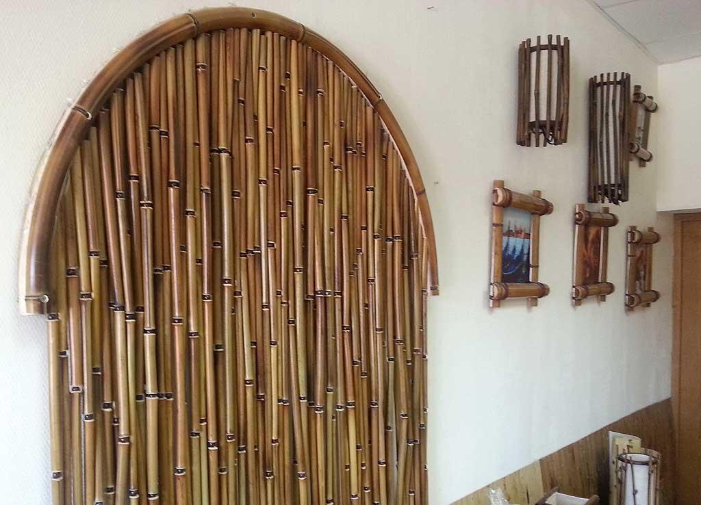 Деревянные шторы из бамбука в арке дверного проема