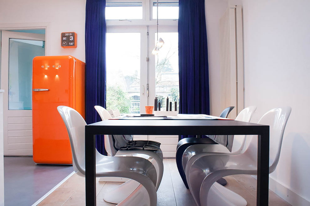 Синие бархатные шторы в белой кухне