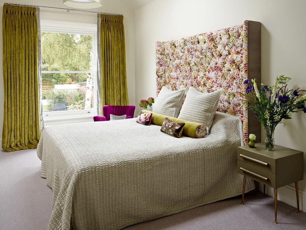 Интерьер спальной комнаты с бархатными занавесками
