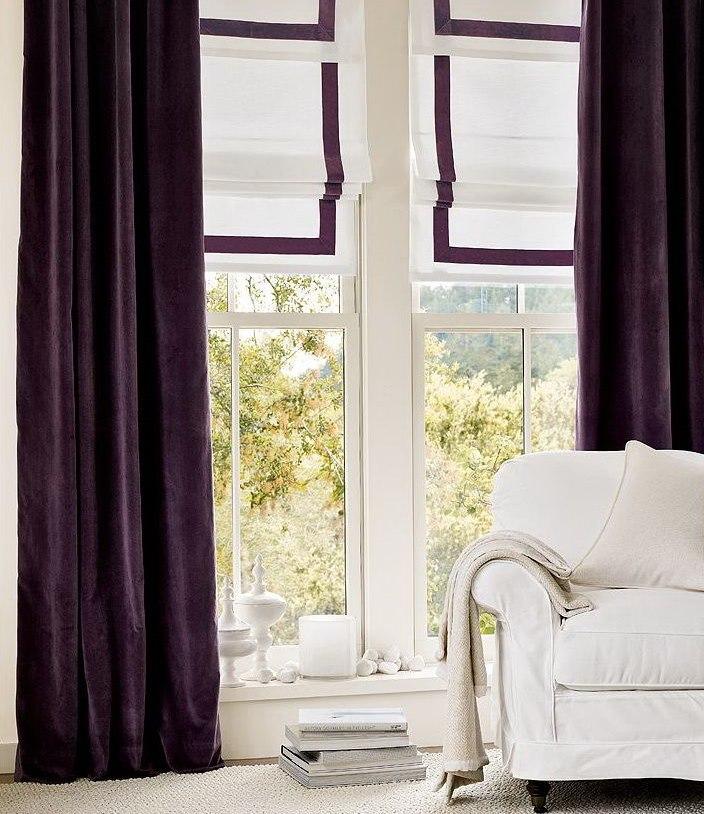 Белая мебель рядом с фиолетовыми шторами
