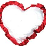 Белая подушка-сердце с красной каймой