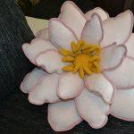 Бело-розовая подушка-цветок