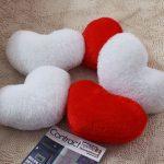 Белые и красные подушки в форме сердца