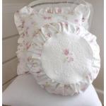 Белые подушечки с розочками в круга и квадрата