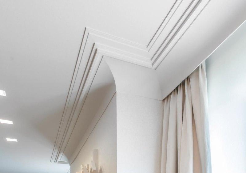 Декор выступа стены потолочным плинтусом