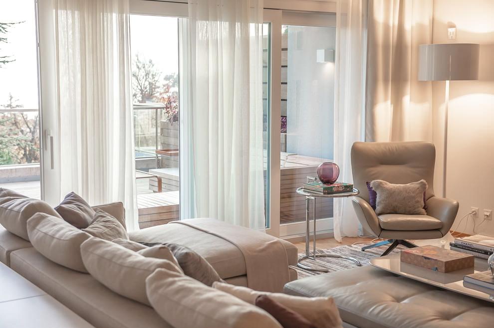 Панорамное окно с прозрачными занавесками в зале частного дома