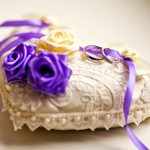 Бежевая подушечка с розочками двух цветов