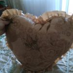 Бежевая подушка с розами и рюшами в виде сердца