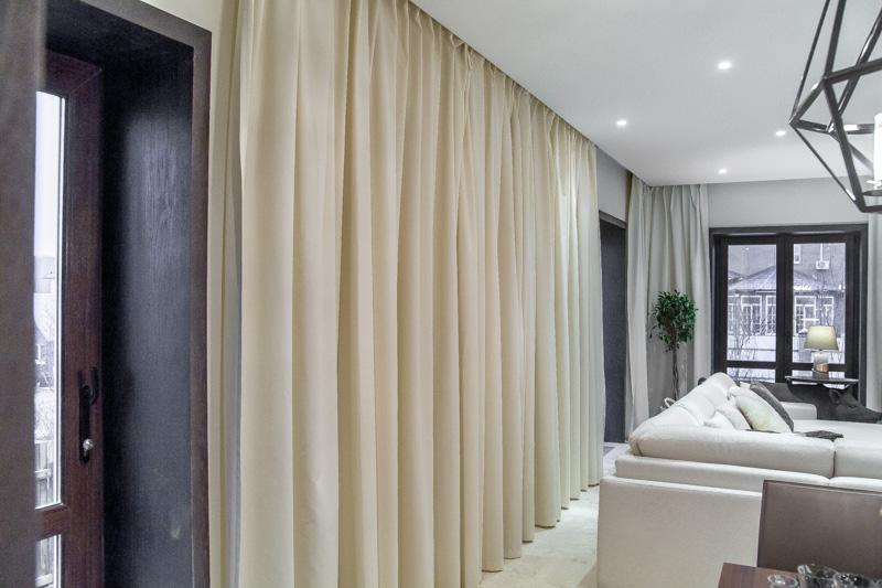 Натяжной потолок в комнате с бежевыми шторами