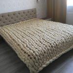 Бежевый плед из шерсти отлично украсит вашу спальню