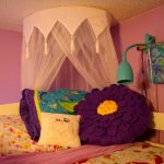 Большая подушка-цветок в интерьере