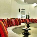 Большое разнообразие декоративных подушек для необычной гостиной