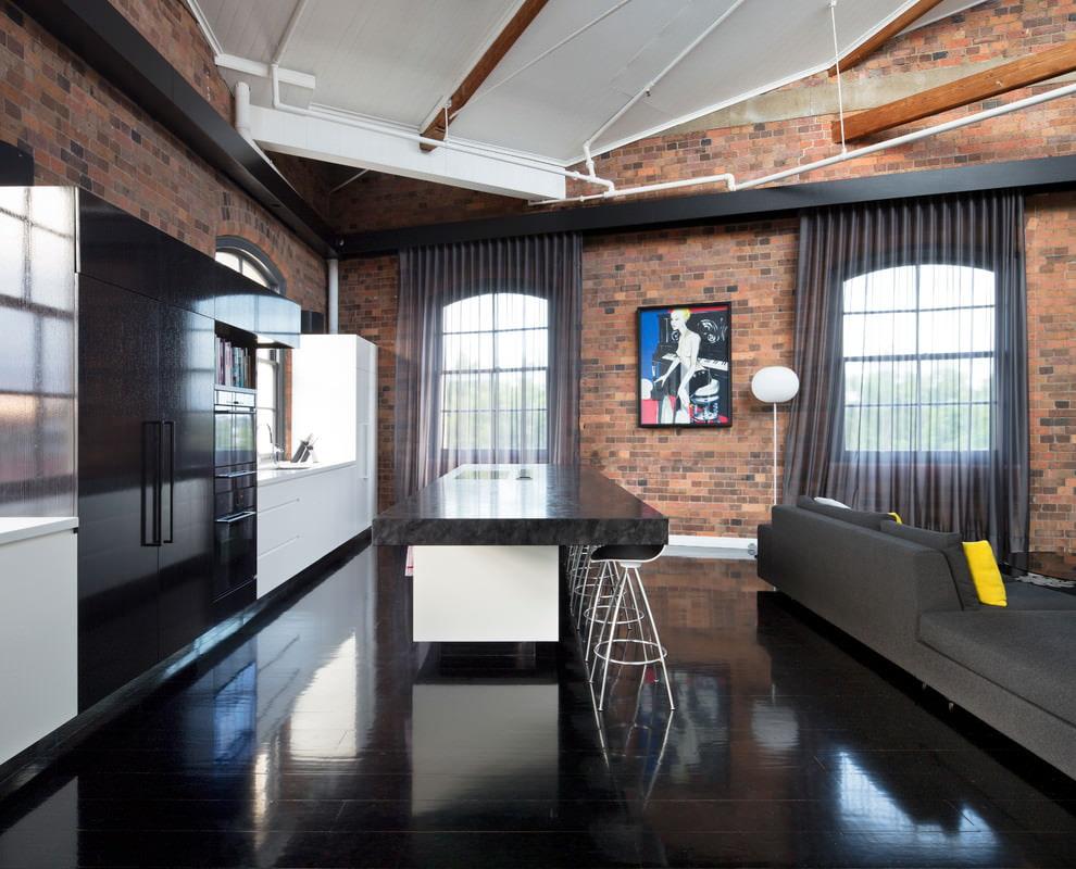 Черная вуаль на окнах кухни-гостиной
