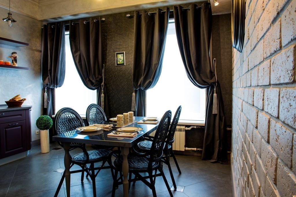Интерьер кухни-столовой с двумя окнами