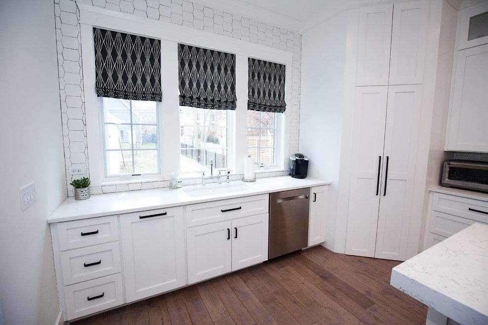 Белая кухня с римскими шторами темных оттенков