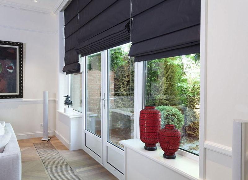 Большое окно с римскими шторами черного цвета