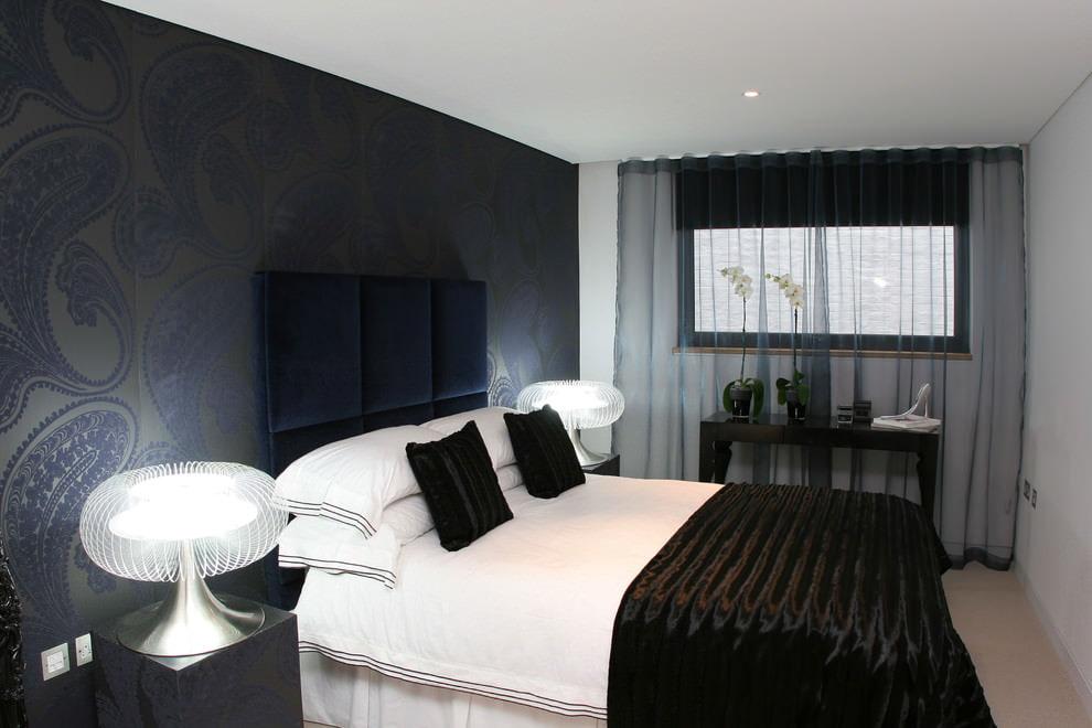 Черный тюль на окне узкой спальни