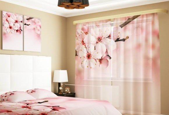 Розоватые цветки яблони на текстиле в спальне