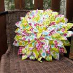 Цветок с можеством лепестков в качестве декоративной подушки
